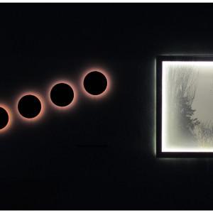 QUI E O IN OGNI ALTRO LUOGO Videoinstallazione assemblaggio di materiali vari. Misura d'ambiente. 2015.